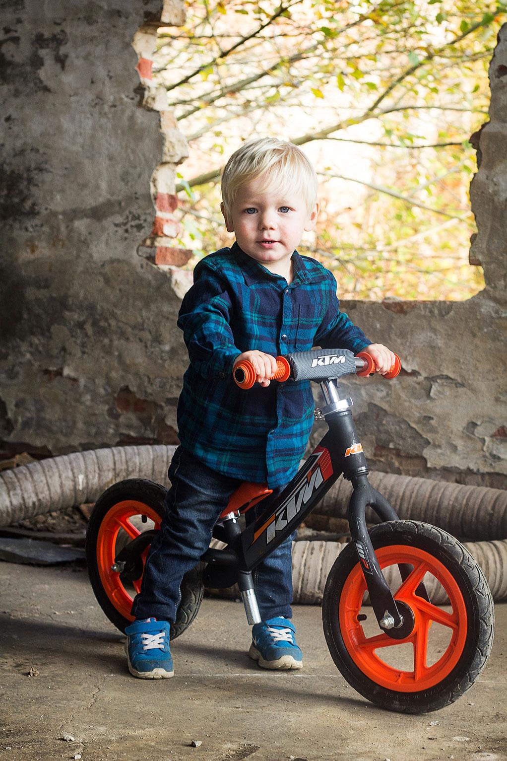 løbecykel-dreng-barn-fotografering