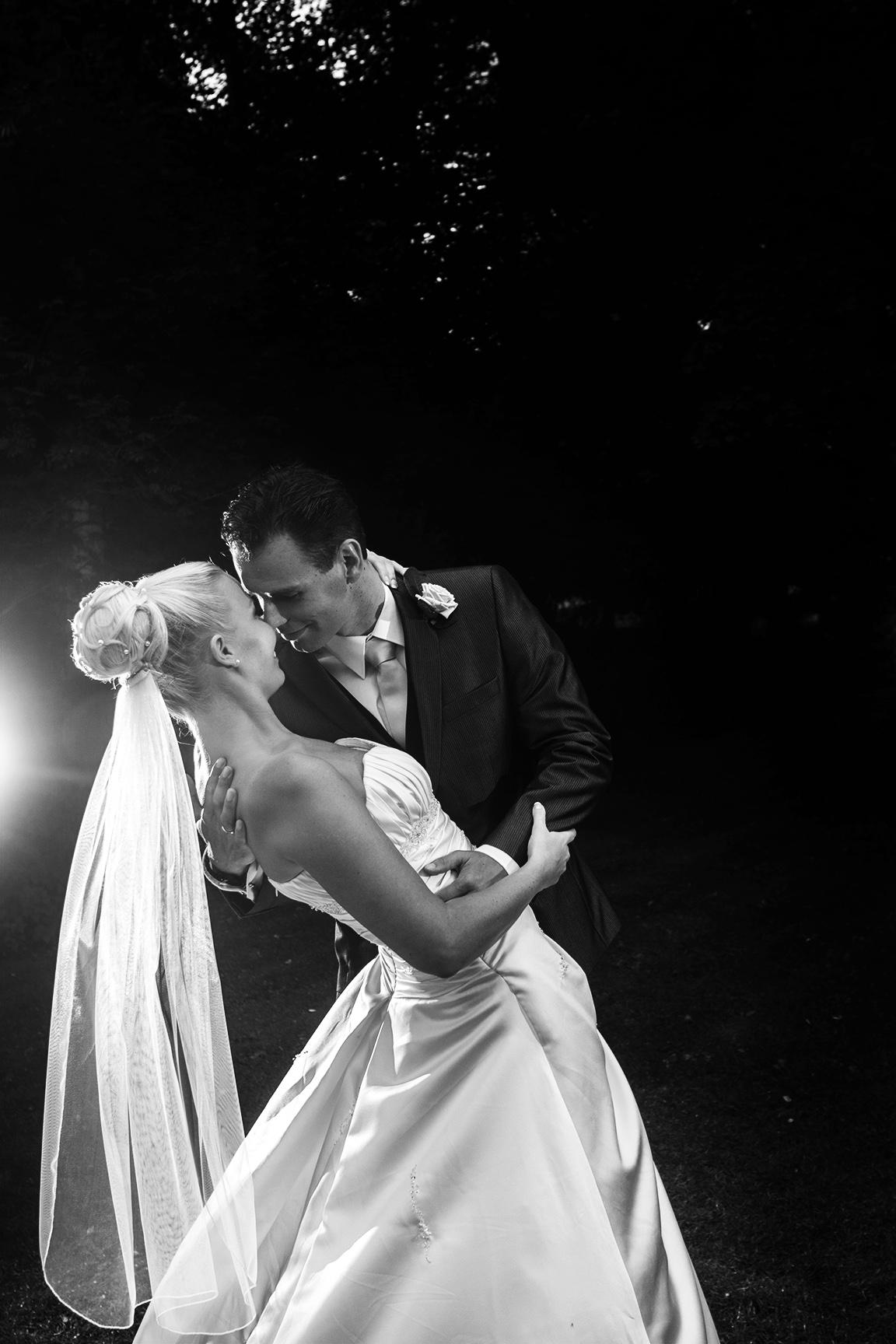 kærlighed-forelsket-par-brudekjole-brud-gom