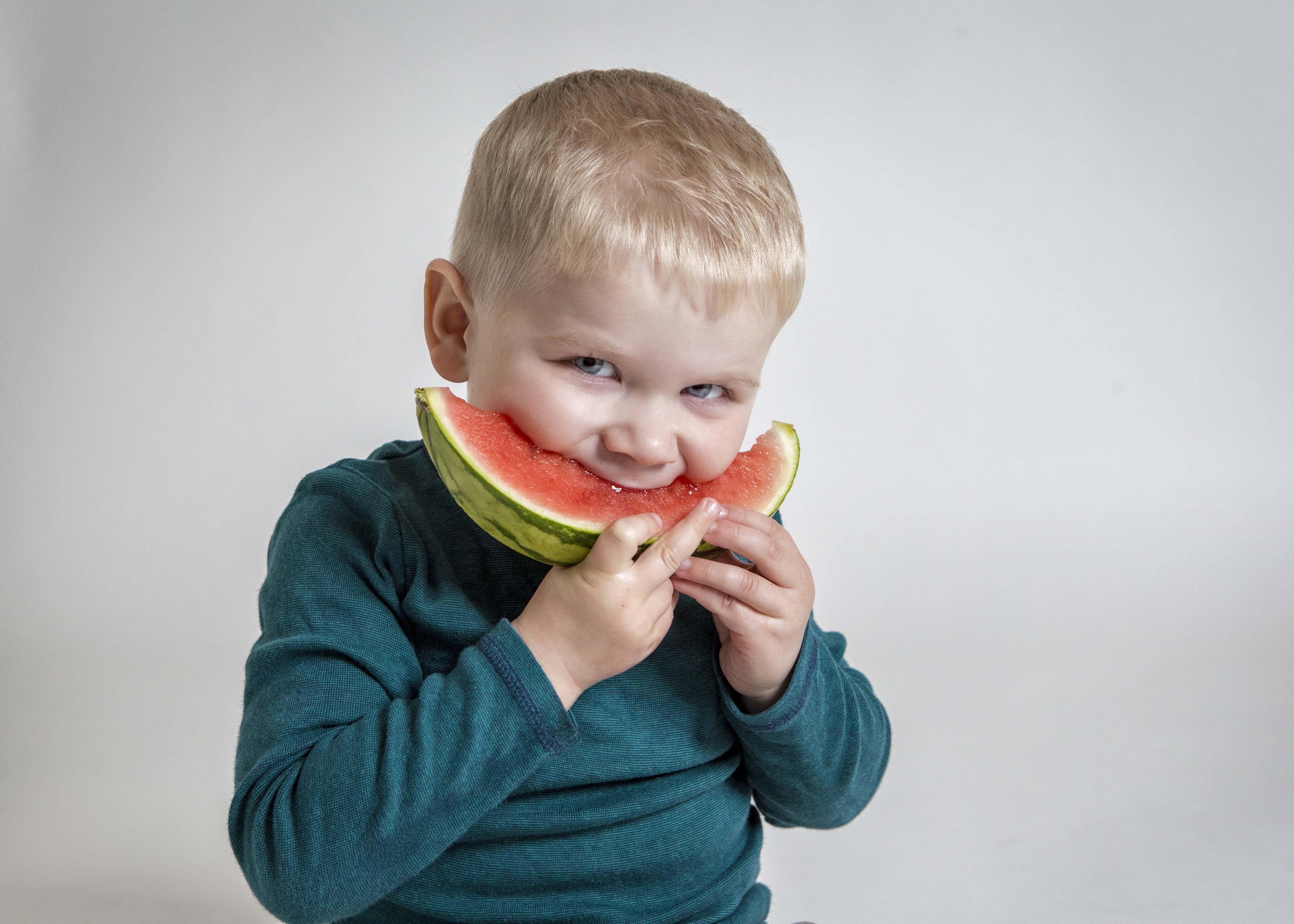 child-eating-melon-photography-kronborgphotography