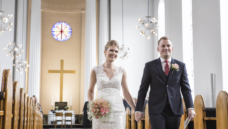bryllup-aarhus-sommer-par-brudepar-kirke